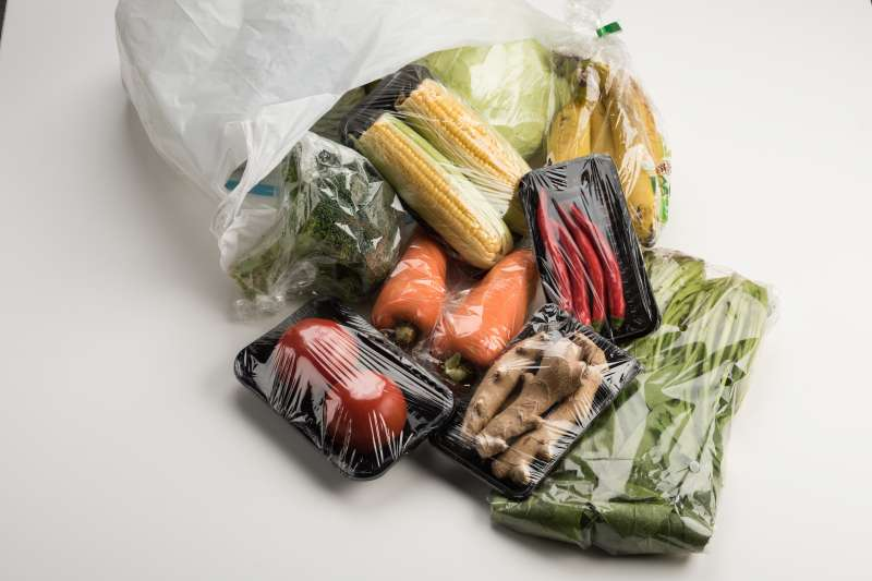 綠色和平自今年3月起,針對全台4大量販店、4大超市、與2大便利超商共70家門市,調查產品使用塑膠包裝的比例與類型,其中發現14425項商品中,將近8成皆使用塑膠製品包裝。(綠色和平提供)