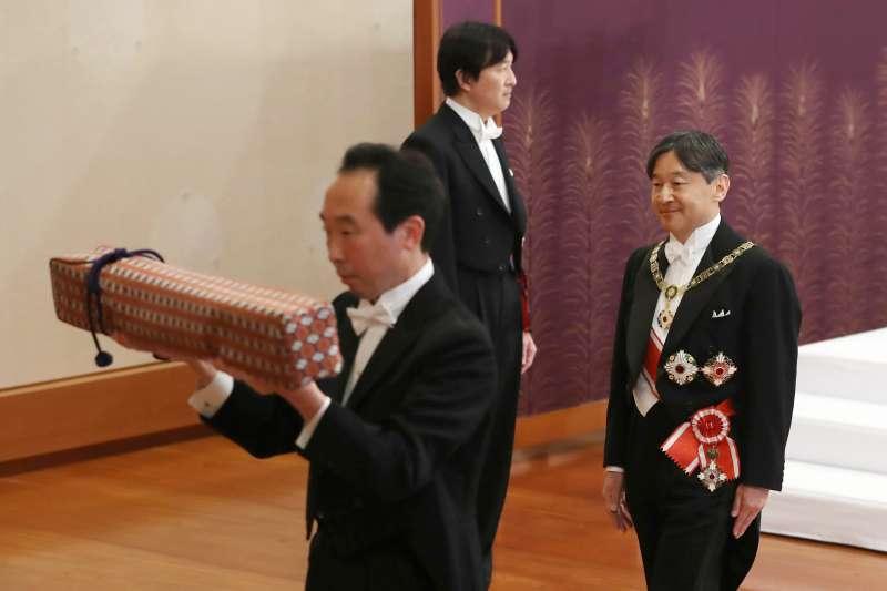 2019年5月1日,「劍璽等承繼之儀」,日本新天皇德仁受領「三神器」。(AP)