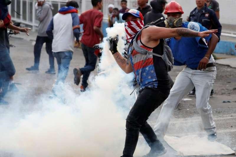委內瑞拉街頭示威者與保安人員衝突。(BBC中文網)