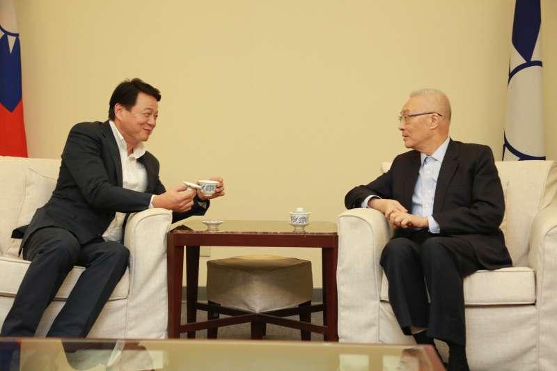 針對國民黨總統初選,國民黨主席吳敦義(右)與前台北縣長周錫瑋(左)3日舉行「吳周會」。(國民黨文傳會提供)