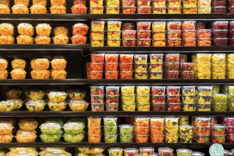 在美國超市的冷藏貨架上能看到盒裝的、袋裝的截切蔬果產品,而通常保存期限能到7天~10天以上都有!(圖/食力foodNEXT提供)