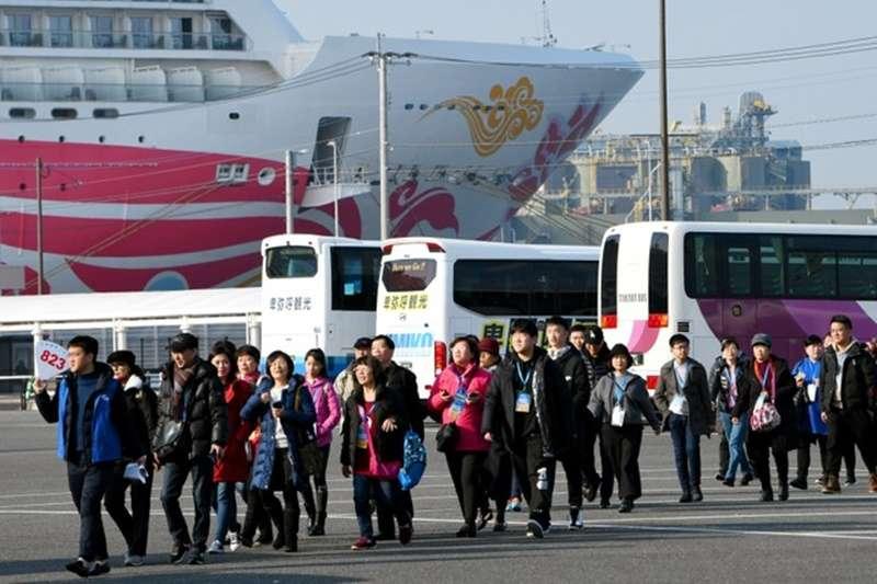 搭乘郵輪進港後,走向觀光巴士的外國遊客。(圖/潮日本提供)