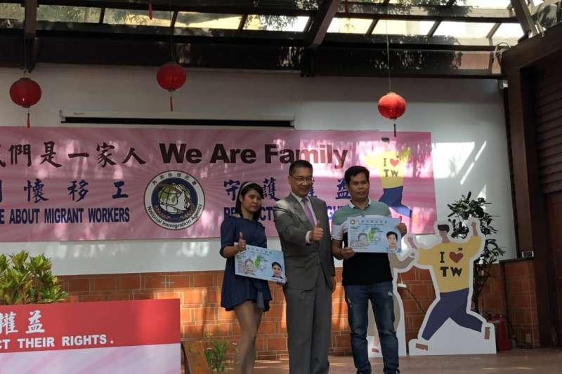 內部部長徐國勇由移民署署長邱豐光陪同,前往義美食品探視移工。(圖/移民署提供)