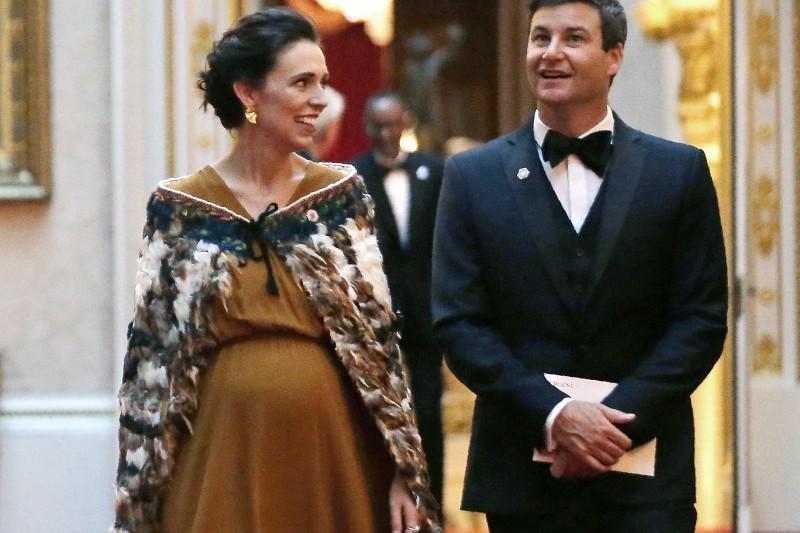 紐西蘭總理雅頓與男友蓋福德在英國晉見女王伊莉莎白二世。(美聯社)