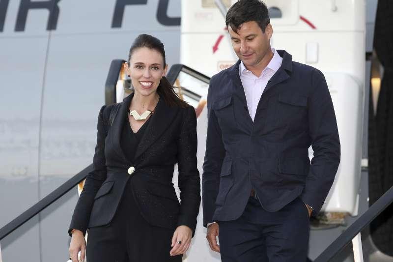 紐西蘭總理雅頓與男友蓋福德訂婚。(美聯社)