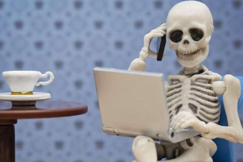 根據英美調查顯示,一半病假是因為職場壓力。(BBC中文網)