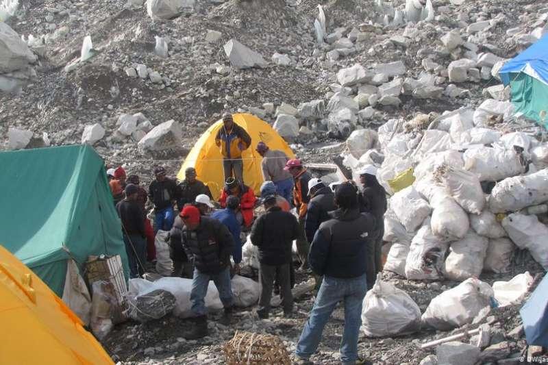資料照片:在珠峰上清理出來大量垃圾。(德國之聲)
