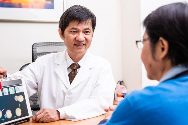 中山生殖醫學中心李世明醫師提醒女性,在充分了解凍卵成功率與解凍機率等目標與原因後,再評估凍卵時機。(圖/健康醫療網提供)