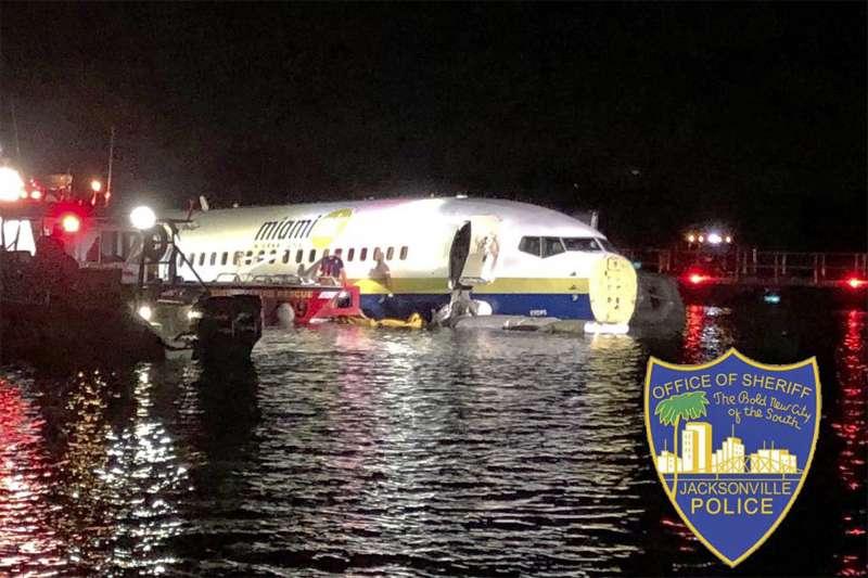 2019年5月3日,美國一架波音737客機試圖在佛羅裡達州傑克遜維爾海軍航空站降落時失敗,滑入到毗鄰的聖約翰河中。(AP)