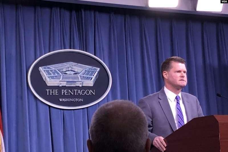 美國印太事務部助理部長薛瑞福,在記者會上重批中國在新疆建造「集中營」。(美國之音)