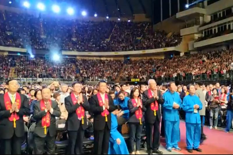 松山慈惠堂今晚舉辦「台北母娘文化祭弘揚母愛音樂會」,民進黨主席卓榮泰和國民黨主席吳敦義兩人同場參加。(取自吳敦義臉書)