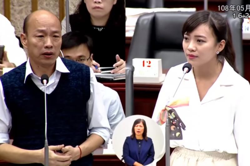時代力量議員黃捷(右)在議會上質詢高雄市長韓國瑜(左)。(資料照,截取自Youtube影片)