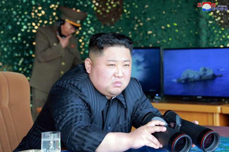 2019年5月4日,北韓(朝鮮)從江原道元山朝東北方向發射「大口徑遠程火箭砲、戰術制導武器(即短程飛彈)」,金正恩親臨現場(AP)