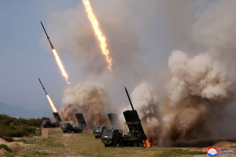 2019年5月4日,北韓(朝鮮)從江原道元山朝東北方向發射「大口徑遠程火箭砲」(AP)