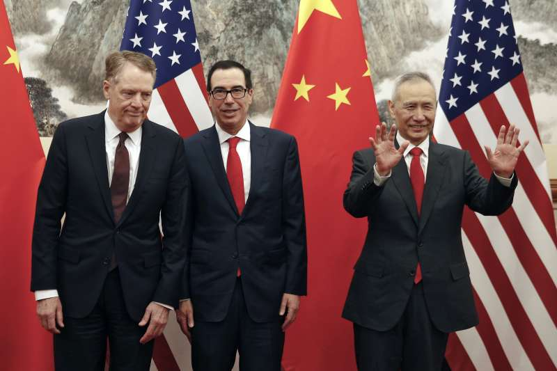 中美貿易戰:中國國務院副總理劉鶴與美國財政部長馬努欽(中)和美國貿易談判代表萊特海澤(左)(AP)