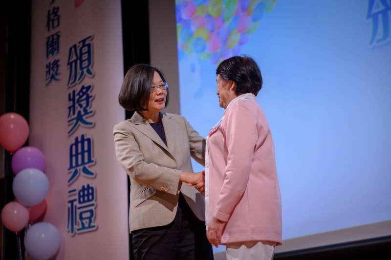 2019年5月5日,蔡英文總統出席「2019第八屆南丁格爾頒獎典禮」,與獲獎護理師握手寒暄(總統府)