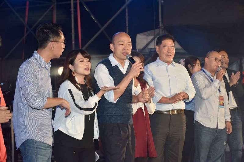 2019春天吶喊,高雄市長韓國瑜(左3)偕國民黨市議員上台唱歌,遭民進黨市議員黃文益批評「像選舉造勢」。(資料照,高雄市政府提供)