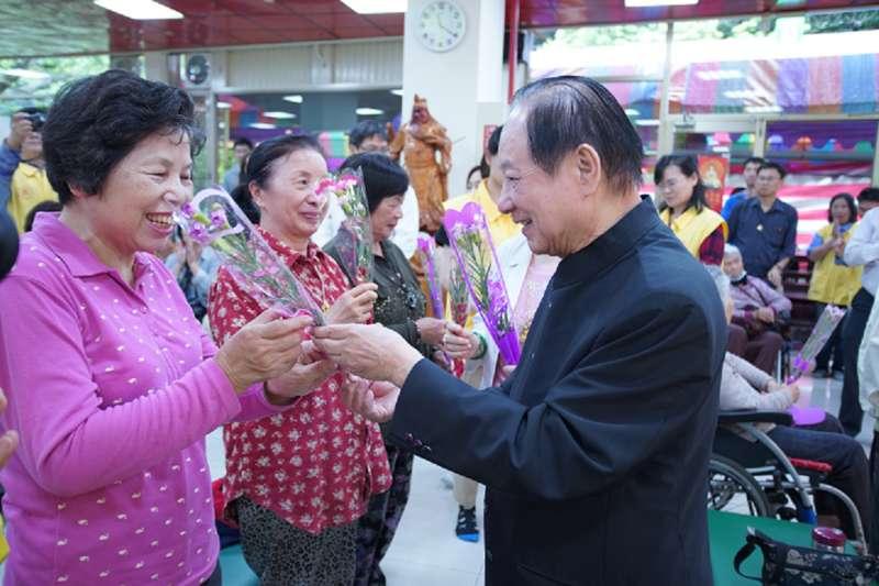 國會黨動員志工在100個市場為媽媽們提前過母親節,黨主席悟覺妙天(右)與民眾親切互動。(圖/國會黨提供)