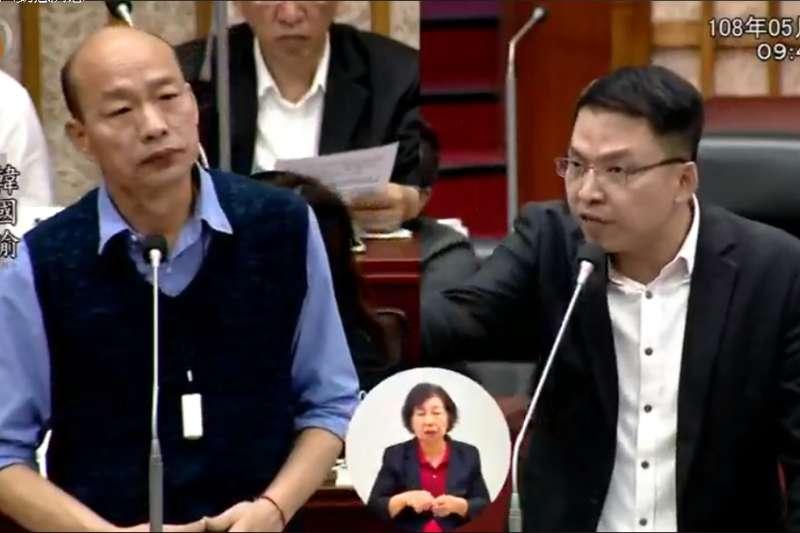 民進黨高雄市議員黃文益(右)6日在總質詢時,致贈一款迷你酒測器給高雄市長韓國瑜(左)。(取自高雄市議會直播)