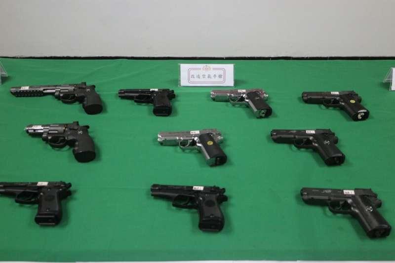 台北憲兵隊等單位在桃園查獲改造手槍10把。(憲兵指揮部提供)