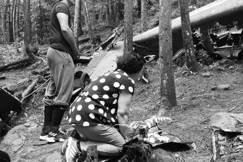陸軍航空隊觀測機40年前在苗栗失事墜毀,造成飛官劉傳集殉職,家屬昨(5)日抵達現場招魂,痛哭失聲。(取自包正豪臉書)