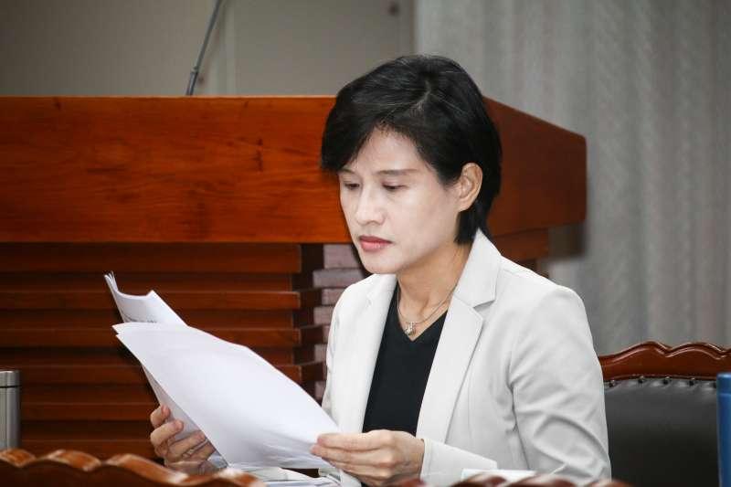 因「去蔣化」掌摑鄭麗君 資深藝人鄭惠中妨害公務獲判不起訴-風傳媒