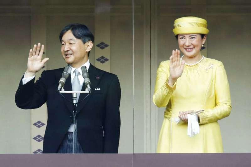日本天皇德仁與皇后雅子在皇居接受民眾的祝福。(美聯社)