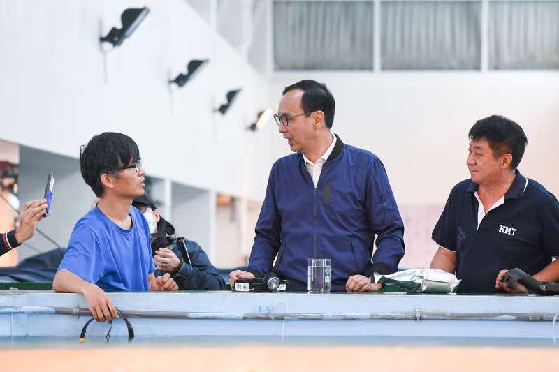 前新北市長朱立倫(中)表示,自經區是國民黨的共同政見,不只要先有一個自由經濟示範區,將來更要推動到全台灣。(朱立倫辦公室提供)