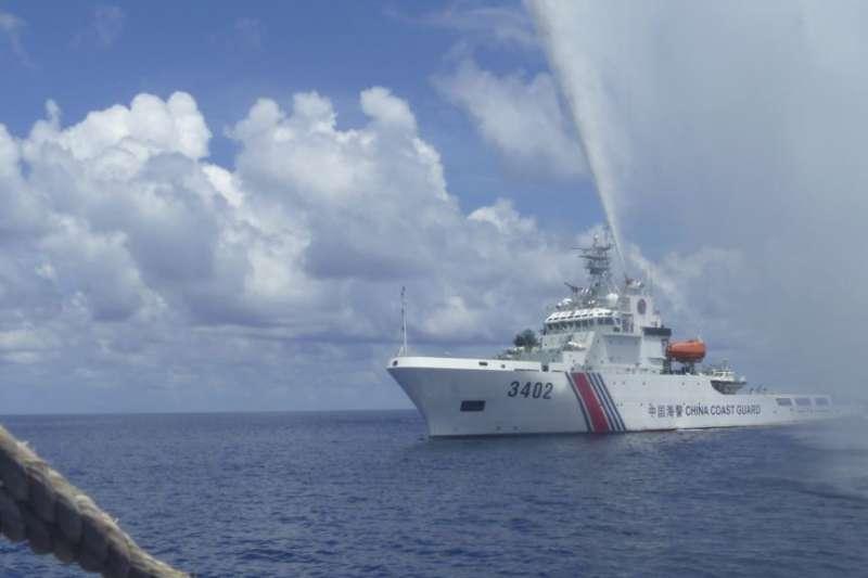 一艘中國海警船2015年9月23日在南中國海黃岩島與一艘菲律賓漁船對峙。(美聯社)