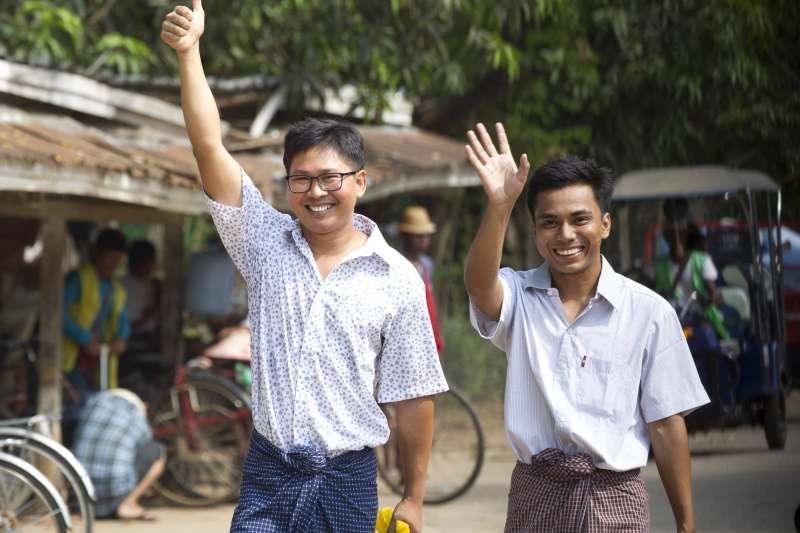 2019年5月7日,遭緬甸當局關押超過500日的《路透》記者瓦隆(左)與吳覺梭(右)遭釋放。(AP)