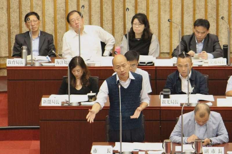 韓國瑜(前左)在市議會的表現,讓藍營支持者相當擔心。(高雄市政府提供)