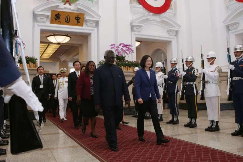 蘇嘉瓦瑞(前左)有意轉向北京,如果小英想找美、澳洲幫忙可得三思。(總統府提供)