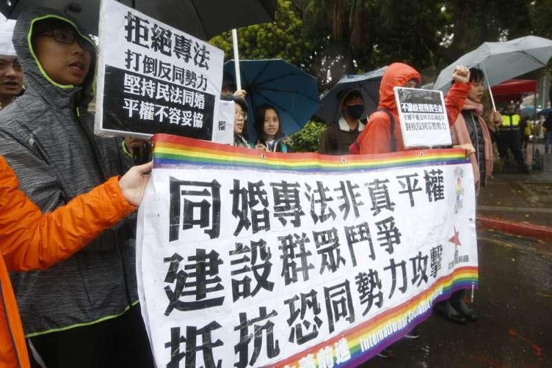 同婚專法在立院角力,挺同團體到場聲援示威。(郭晉瑋攝)