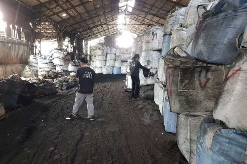 屏東縣政府環保局查獲位於鹽埔鄉一處停業工廠,該廢棄工廠內廠房堆置有大量太空包廢棄物。(圖/屏東縣政府提供)