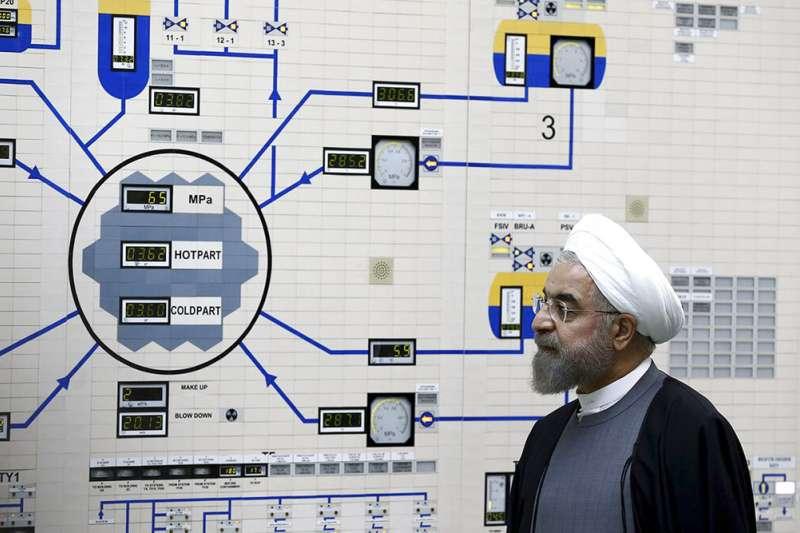伊朗總統魯哈尼2015年視察布什爾核電廠。(美聯社)