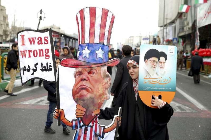 伊朗民眾今年2月在德黑蘭走上街頭,抗議美國無理打壓。(美聯社)