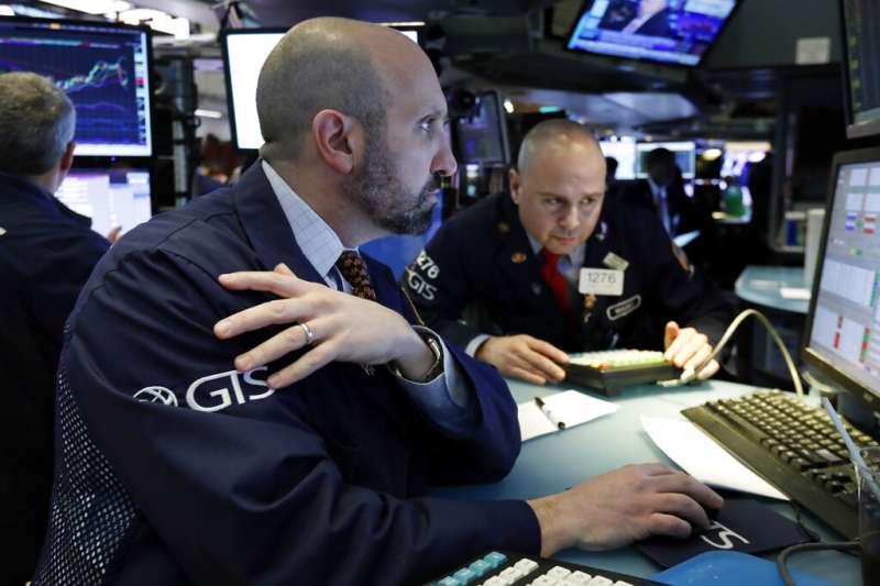 美股,華爾街的股市交易員正在緊盯盤勢。(美聯社)