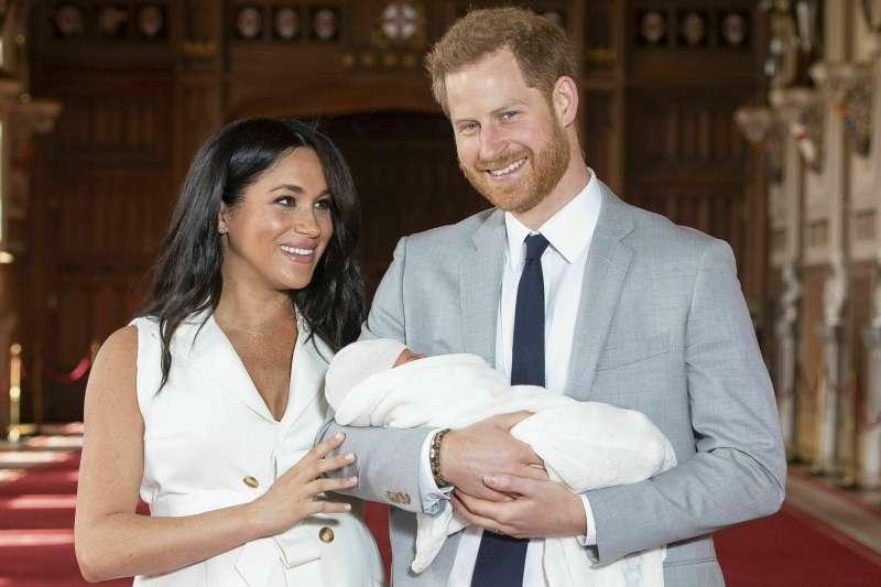 英國薩賽克斯公爵與夫人哈利王子和梅根抱著出生兩天的兒子亮相。(美聯社)