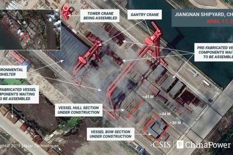 美國「戰略與國際研究中心」CSIS提供給路透社2019年4月17日的衛星照片顯示,過去6個月上海江南造船廠建造的一艘看起來是中國第三艘航母的大型船艦進度可觀。(美國之音)