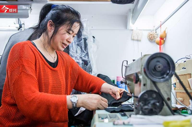 印象中需要巧手才能完成的裁縫工作,背後老闆竟然是連一顆鈕扣都不會縫的壯漢!(圖/今周刊提供)