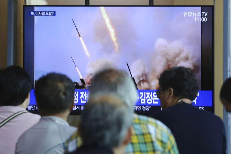 北韓4日上午從江原道元山朝東北方向發射數枚「短程飛行物」,而且最高領導人、國務委員會委員長金正恩親自視察指導。(美聯社)