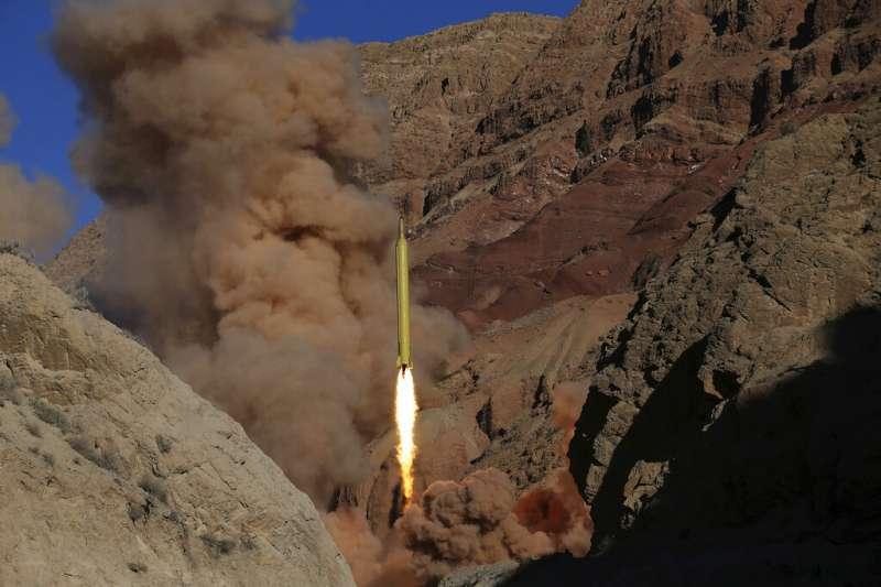 2016年3月9日,伊朗斯蘭革命衛隊在伊朗北部發射了兩枚「Qadr H」彈道飛彈。(AP)