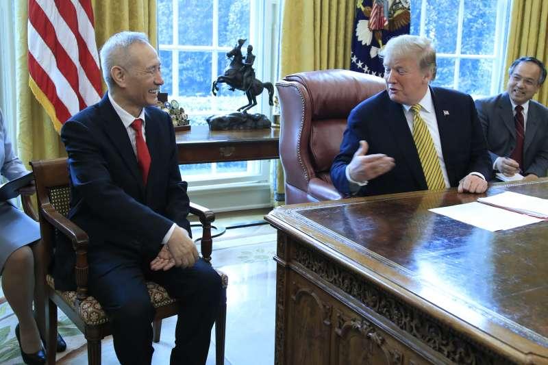 2019年4月4日,美國總統川普在白宮會見中國貿易談判代表、國務院副總理劉鶴(AP)