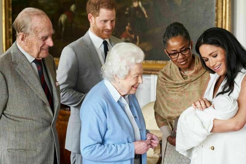 2019年5月8日,英國女王伊莉莎白二世探視新出生的孫子亞契(AP)