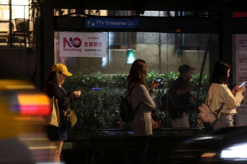 20190508-風數據吸菸專題,公車站牌禁菸標示。(顏麟宇攝)【吸菸有害健康】