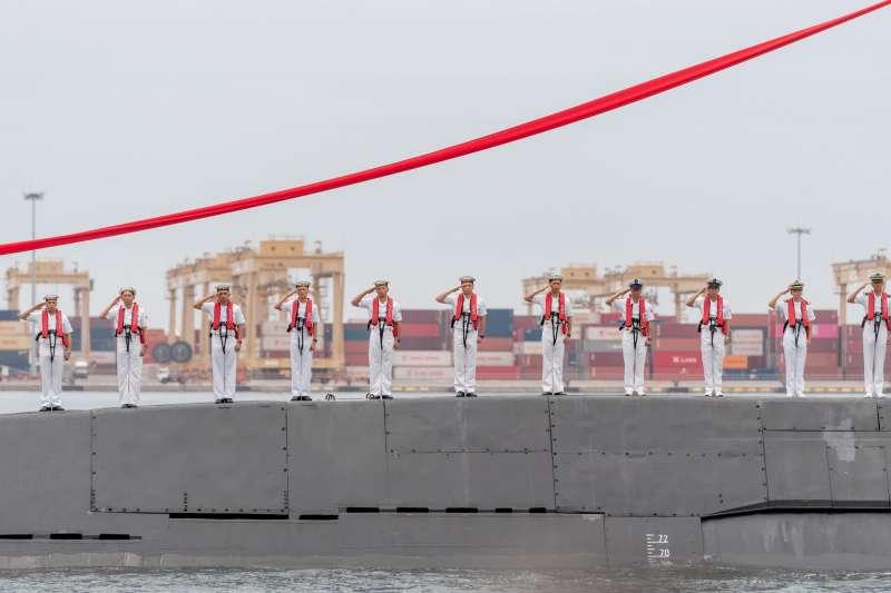 潛艦國造廠房預計下月初就能完工。圖為潛艦國造廠區動土典禮時,艦上官兵以「站波」、「鳴笛」方式向總統蔡英文致敬。(資料照,取自蔡英文臉書)