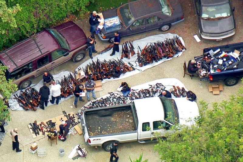 美國執法當局今天表示,在洛杉磯高級住宅區裡一處價值數百萬美元豪宅,查獲超過1000把槍枝和彈藥。(AP)