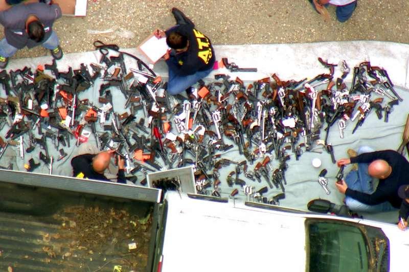 美國執法當局9日表示,在洛杉磯高級住宅區裡一處價值數百萬美元豪宅,查獲超過1000把槍枝和彈藥。(AP)