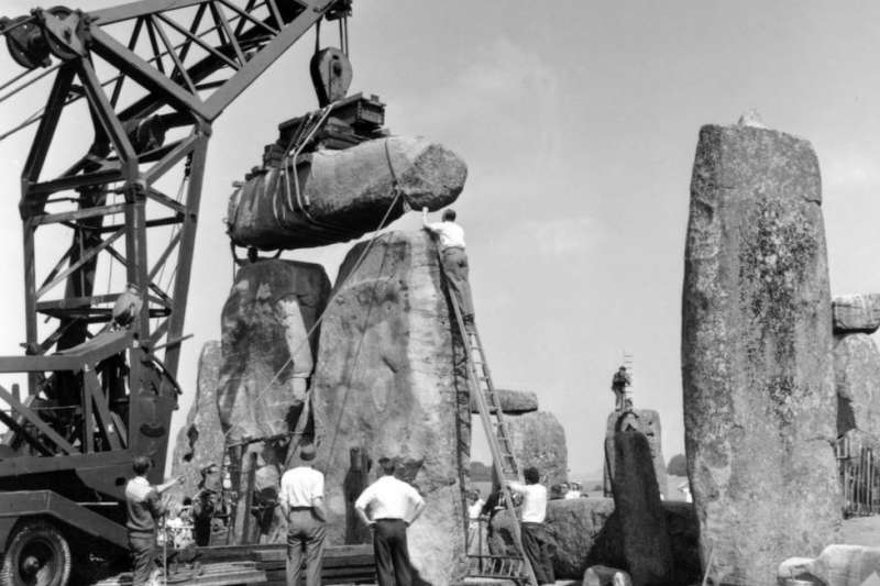 1958年考古挖掘過程中,一塊史前巨石的柱心被取出。(BBC中文網)