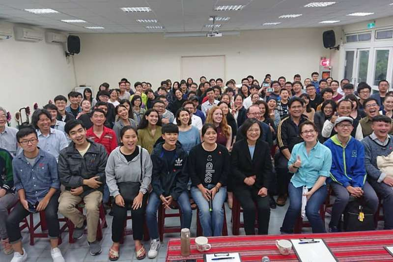 總統蔡英文日前至花蓮參訪,亦與東華大學師生們座談,立委蕭美琴下午在臉書還原座談會狀況。(取自蕭美琴臉書)